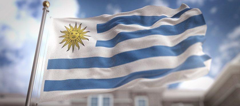 bandeira do Uruguai com mastro